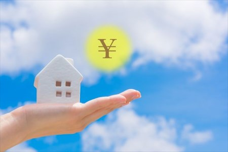 手のひらにのった家の模型