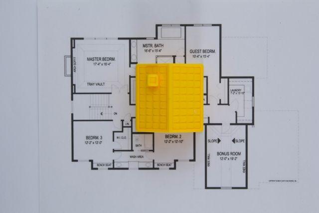 間取り図の上に置かれた家の模型