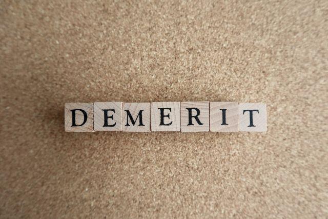 デメリットと書かれたブロック