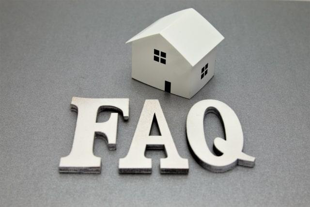 「FAQ」のロゴと戸建ての模型