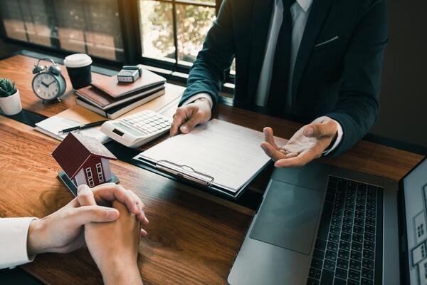 不動産売買・査定について話し合う人々